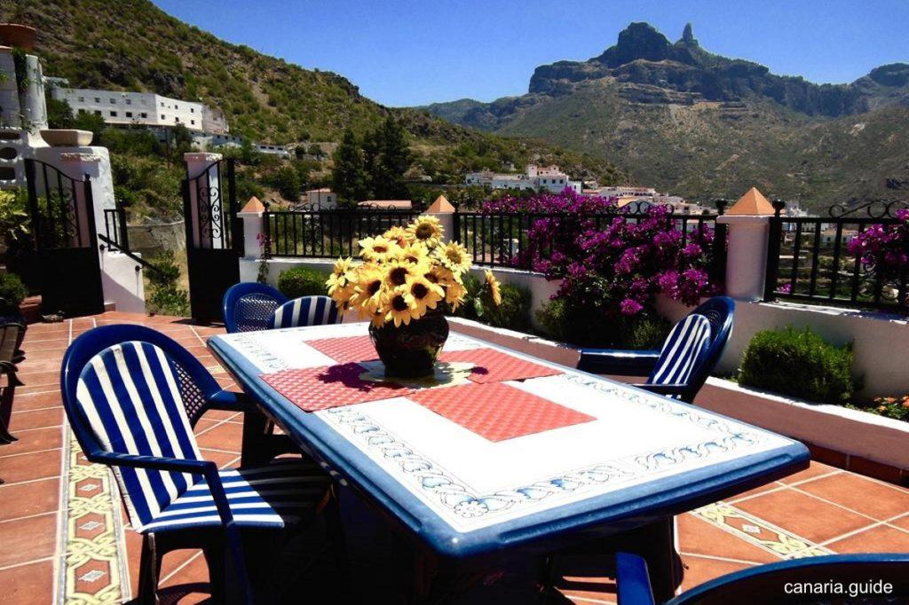 Pohľad na Roque Nublo z terasy apartmánov Casita Roquenublo. Raňajky hneď chutia lepšie.
