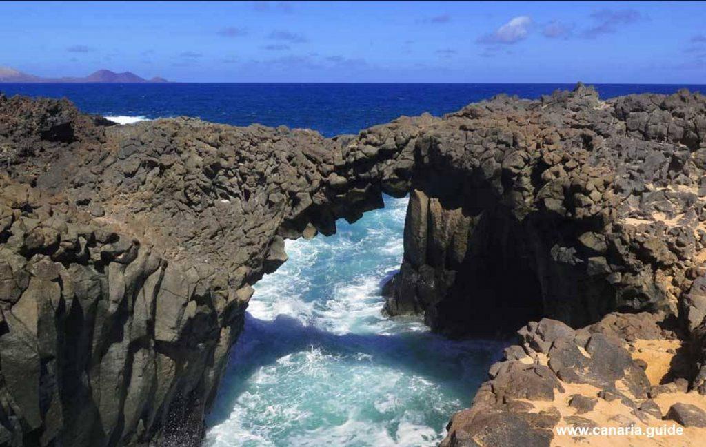 Los Arcos - sopečný pôvod ostrova sa nezapriea erózia soceánom dokážu vykúzliť veľa.